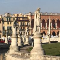 Cual es la  Plaza mas grande de Italia?    El Prato della valle en Padova.