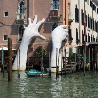 Venice, my beloved city: Hands in the Grand Canal.  Manos en el canal grande.