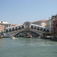 De donde vienen las piedras con que se construyo Venezia?.