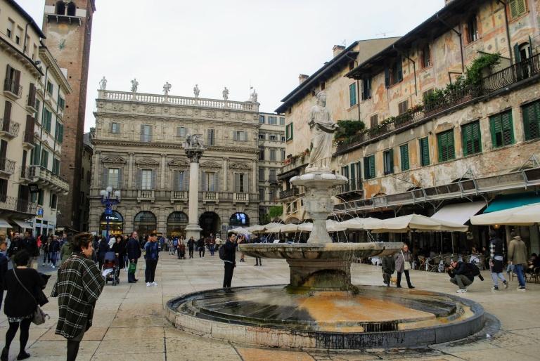En primer plano la fuente della Madonna Verona