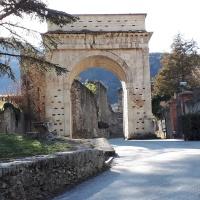 Las marillas de Roma en los Alpes. La Susa Romana, Piamonte, Italia.