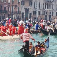 Oggi  a Venezia. Corteo lungo il Canal Grande  inizio del Carnevale.