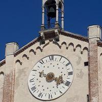 El reloj del Duomo de Montagnana, Veneto, Italia.
