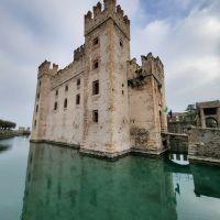 El Castello Scaligero de Sirmione. Lago di Garda, Italia.
